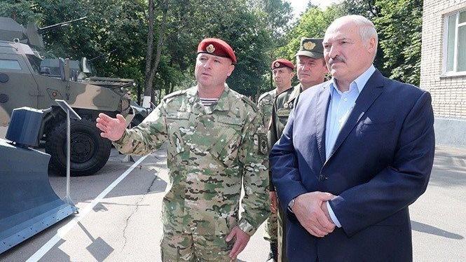 El presidente de Bielorrusia, Alexander Lukashenko, junto a varios militares