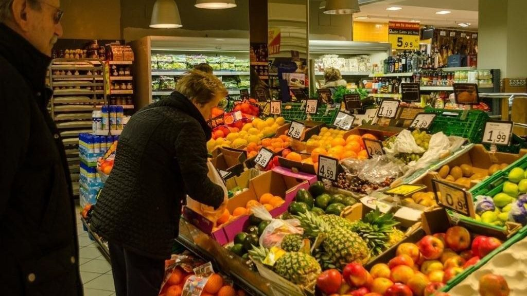 Gente comprando fruta