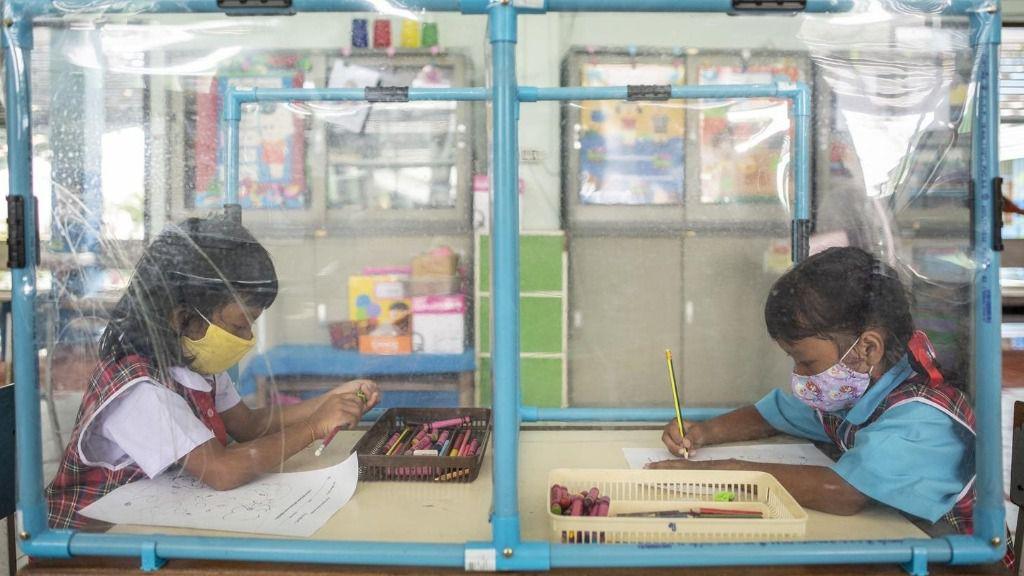 Medidas de distanciamiento en una escuela de Bangkok tailandia