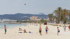 Bañistas en una playa de Palma de Mallorca