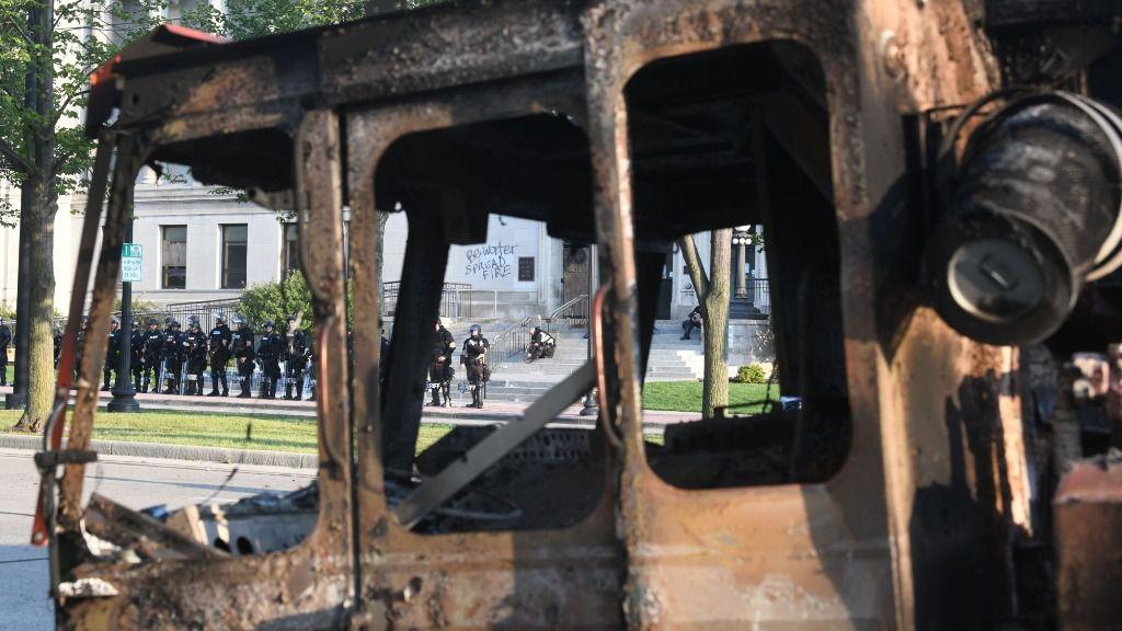 Restos de un vehículo incendiado por los manifetantes en Kenosha, Wisconsin