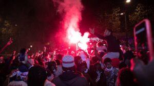 Un grupo de hinchas del PSG con bengalas en las concentraciones que derivaron en disturbios en París tras la derrota del PSG