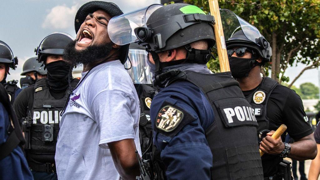 Uno de los manifestantes detenidos durante las protestas por el asesinato de la mujer afroamericana Breonna Taylor a manos de la Policía