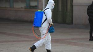 Un trabajador con un traje de protección en Pekín