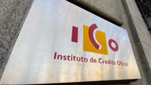 Placa con el logo del ICO (Instituto del Crédito Oficial), en una de las puertas de acceso de la sede, en el Paseo del Prado de Madrid (España)