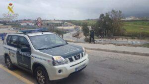 Un vehículo de la Guardia Civil,en las inmediaciones del CETI de Melilla