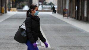 Imagen de recurso de una mujer con mascarilla por el coronavirus.