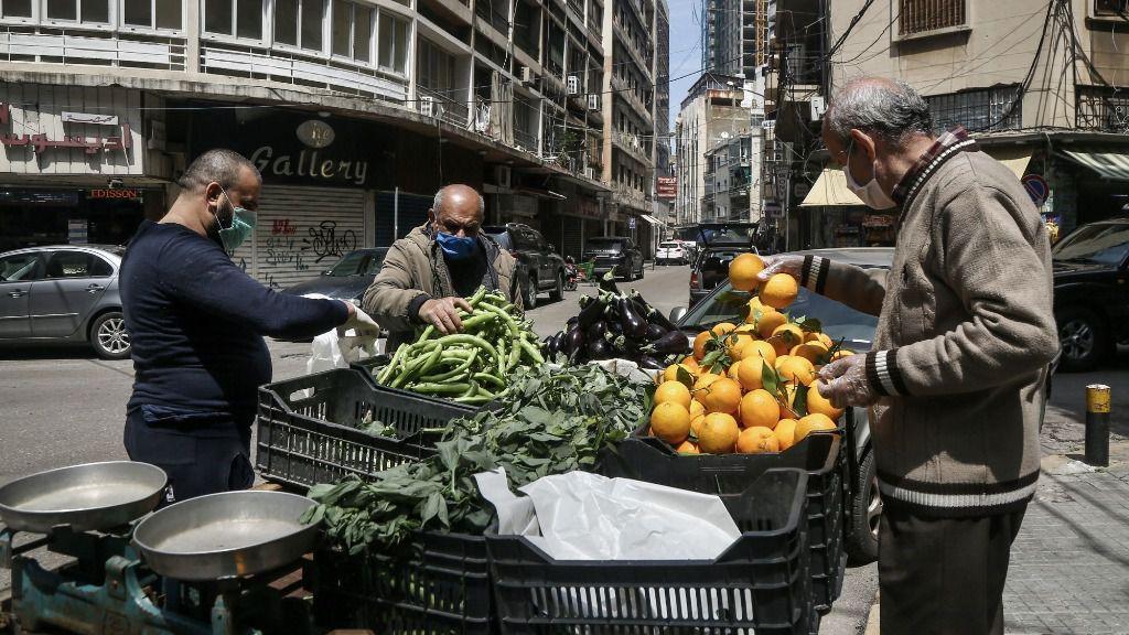 Personas comprando frutas y verduras en la capital de Líbano, Beirut