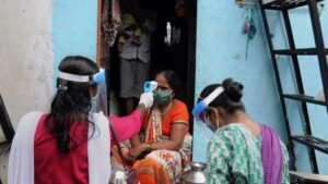 Trabajadoras sanitarias durante una campaña de test de COVID-19 puerta a puerta en Bombay