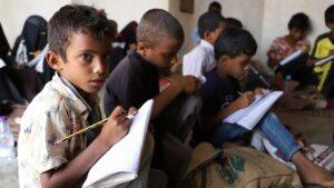 Un grupo de niños asiste a una escuela situada en la provincia de Hajjah, en el noroeste de Yemen