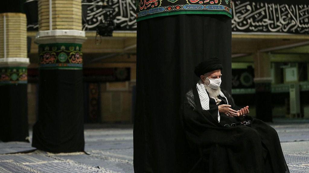 El líder supremo de Irán, el ayatolá Alí Jamenei, con mascarilla