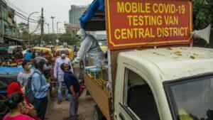 Clínica móvil para pruebas de COVID-19 en Nueva Delhi