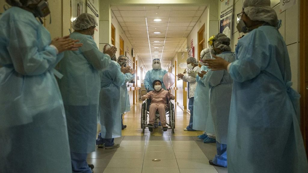 Enfermeras aplauden a una niña de 10 años que ha superado la COVID-19 en Perú