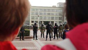 Miembros de las fuerzas especiales de la Policía de Bielorrusia durante una protesta en la Plaza de la Independencia de Minsk