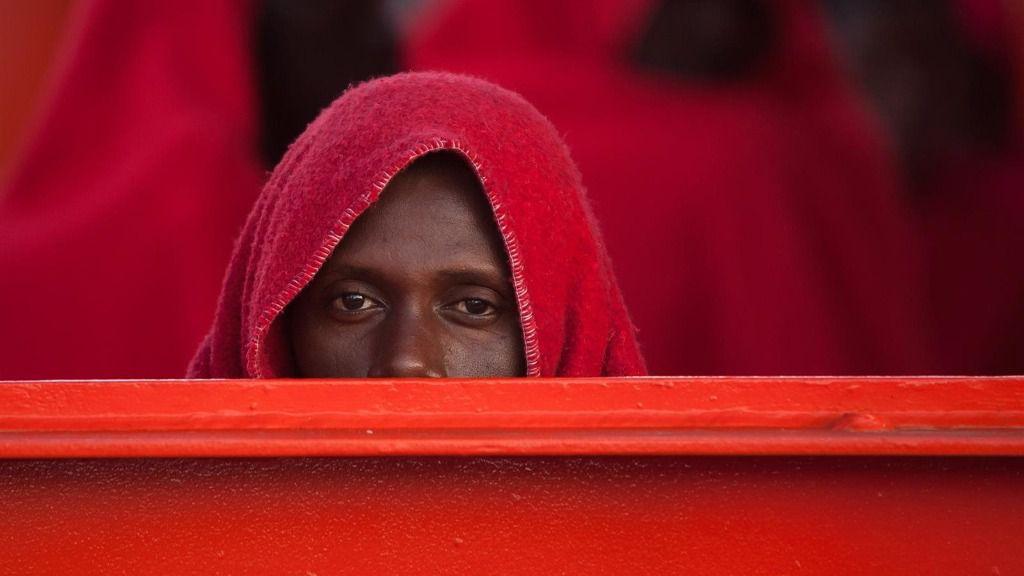 Un migrante africano trasladado por Salvamento Marítimo al puerto de Málaga mediterraneo inmigrantes patera