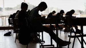 Alumnos de bachillerato aula estudiantes colegio estudios jovenes
