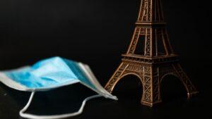 Un souvenir de la Torre Eiffel junto a una mascarilla quirúrgica