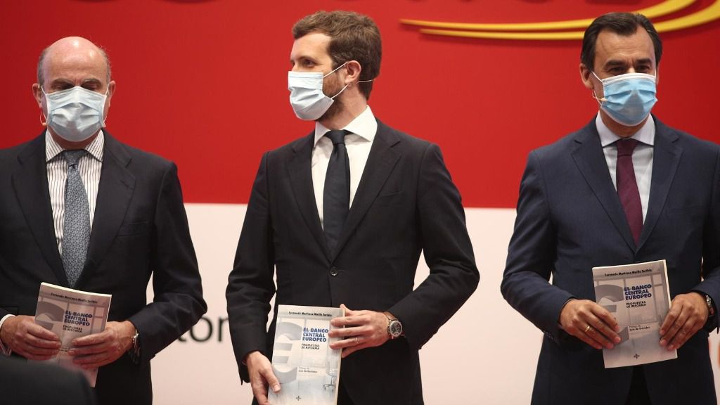 El presidente del PP, Pablo Casado, el vicepresidente del BCE, Luis de Guindos, y el senador y abogado Fernando Martínez-Maíllo. En Madrid (España)