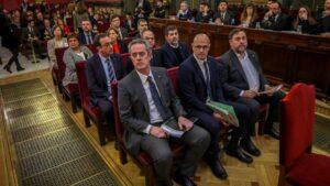 """Los doce líderes independentistas acusados por el proceso soberanista catalán que derivó en la celebración del 1-O y la declaración unilateral de independencia de Cataluña (DUI), en el banquillo del Tribunal Supremo al inicio del juicio del """"procés&a"""