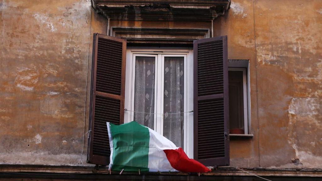 Una bandera de Italia en una ventana