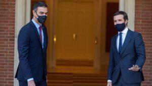 El presidente del Gobierno, Pedro Sánchez (i) y el presidente del PP, Pablo Casado, posan en el Palacio de Moncloa, antes del inicio de su reunión, en Madrid (España), a 2 de septiembre de 2020