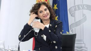 La ministra portavoz y de Hacienda, María Jesús Montero, a su llegada a la rueda de prensa tras la celebración de un Consejo de Ministros extraordinario, en Moncloa, Madrid (España), a 26 de junio de 2020