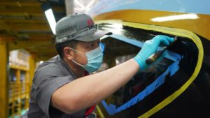 Un técnico trabaja en la fabricación de un tren de alta velocidad en una fábrica de la ciudad de Tangshan, en la provincia de Hebei, en el norte de China