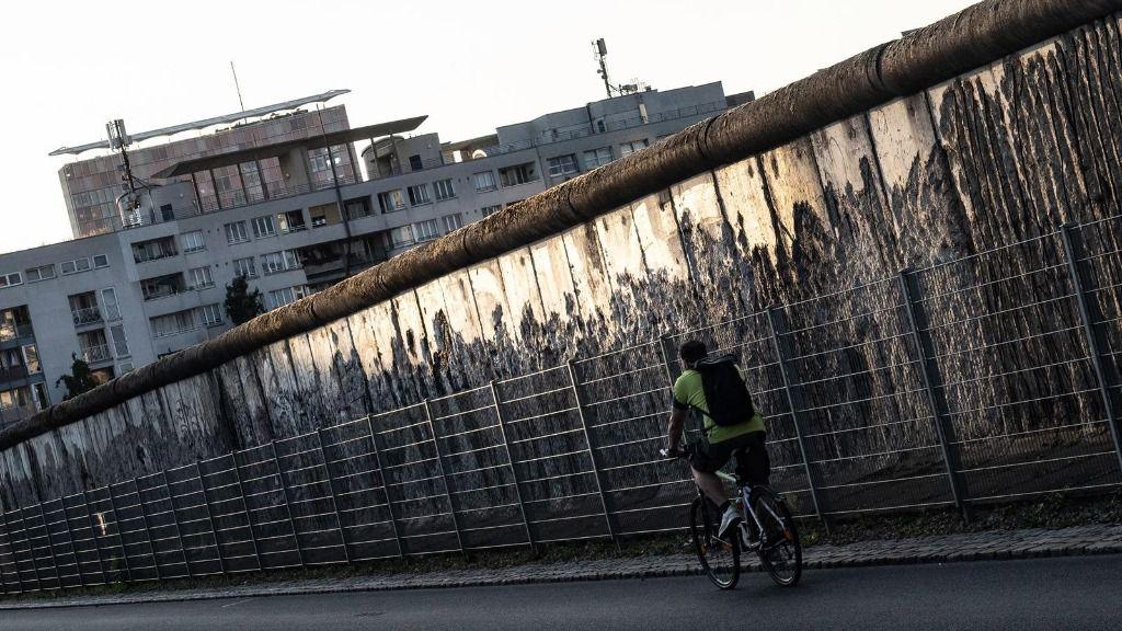 Un ciclista junto a los restos del Muro de Berlín