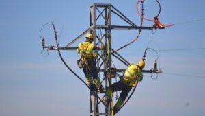 Instalación de protecciones en una torre eléctrica