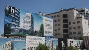 Cartel de una promotora anunciando la construcción de un edificio de viviendas en Madrid