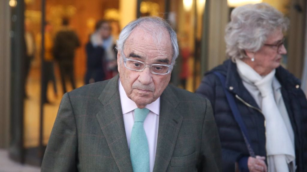 El exministro, Rodolfo Martín Villa, a la salida del Tanatorio de La Paz en Tres Cantos (Madrid), donde descansan los restos mortales de de José Pedro Pérez-Llorca, uno de los siete ponentes de la Constitución Española.