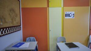 Cuadernos en dos mesas de un aula del Colegio Alameda de Osuna