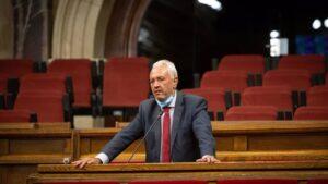 El diputado del PP en el Parlament Santi Rodríguez durante el debate de la ley que limita el precio del alquiler.