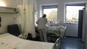 Una enfermera atiende a una paciente