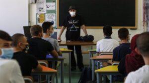 Un profesor y alumnos en un aula en el inicio del curso escolar en Roma