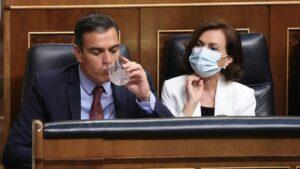 El presidente del Gobierno, Pedro Sánchez; y la vicepresidenta primera, Carmen Calvo, durante una sesión plenaria en el Congreso, en Madrid (España)