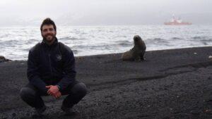 Pablo Rodríguez, junto a un lobo marino antártico en 2015