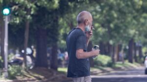 Ciudadanos fuman en la vía pública en Madrid