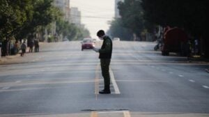 Policía con mascarilla en una calle de La Habana