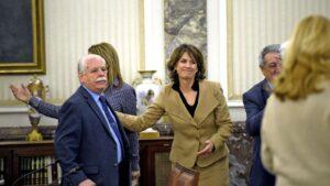 La nueva fiscal general del Estado, Dolores Delgado saluda al teniente fiscal del Supremo, Luis Navajas