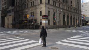 Un hombre en una calle desierta de Toronto por el coronavirus