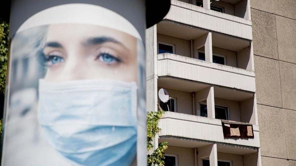 Un anuncio de mascarillas cerca de un bloque de apartamentos en cuarentena en Berlín