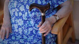 Persona mayor en una residencia