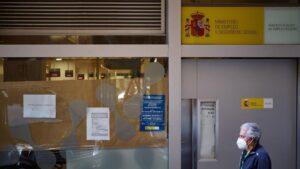 Un hombre pasa frente a una oficina de empleo en Pamplona paro inem