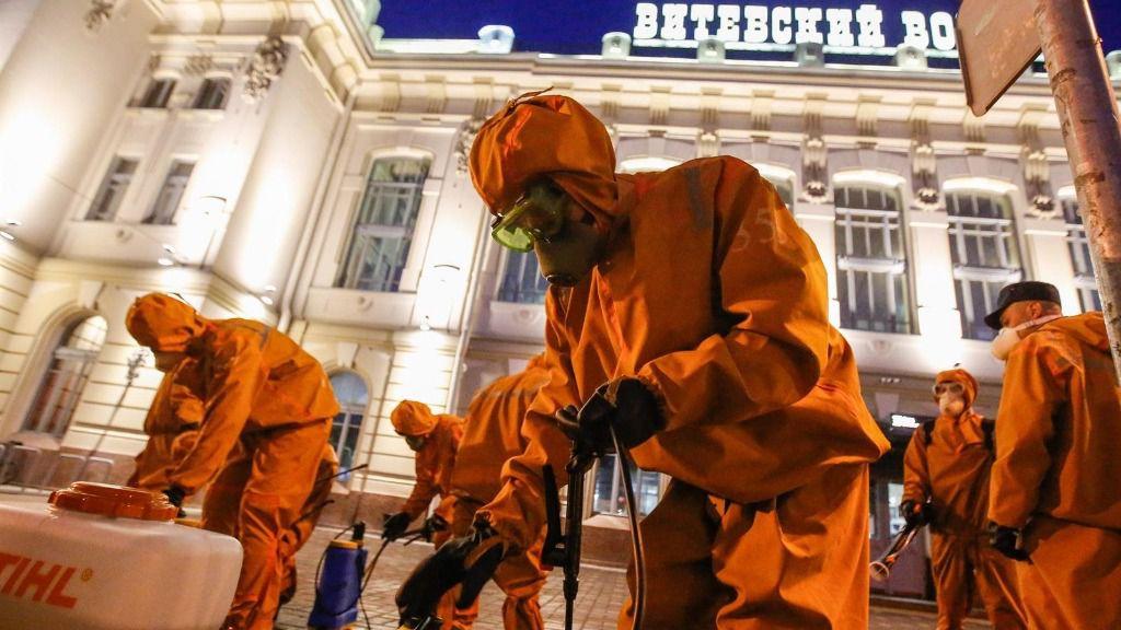 Trabajadores del Ministerio de Emergencias de Rusia haciendo labores de desinfección en una estación ferroviaria en San Petersburgo