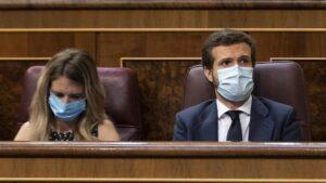 La portavoz del Grupo Popular en el Congreso de los Diputados, Cayetana Álvarez de Toledo; y el presidente del Partido Popular, Pablo Casado, durante una sesión plenaria en el Congreso, en Madrid
