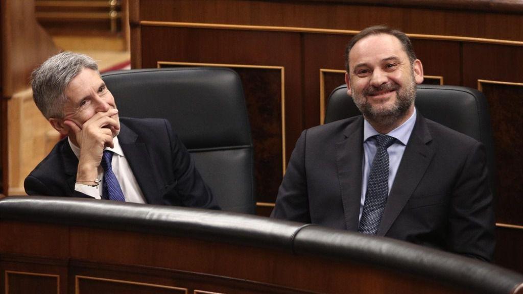 El ministro de Transporte, Movilidad y Agenda Urbana, José Luis Ábalos (dech) y el ministro del Interior, Fernando Grande-Marlaska (izq), durante la sesión de control al Gobierno en el Congreso