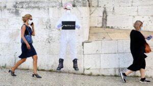 Dos mujeres con mascarilla pasean en Lisboa portugal coronavirus