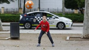 Un niño juega a la pelota al aire libre en el primer día que los menores de 14 años pueden salir a la calle durante el estado de alarma por la crisis del coronavirus