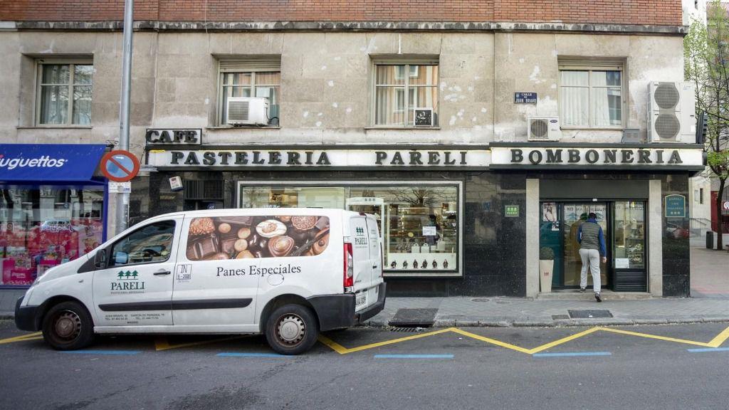 Fachada de una pastelería que forma parte de los comercios minoristas que permanecen abiertos en pleno estado de alarma por el coronavirus, en Madrid (España) a 5 de abril de 2020